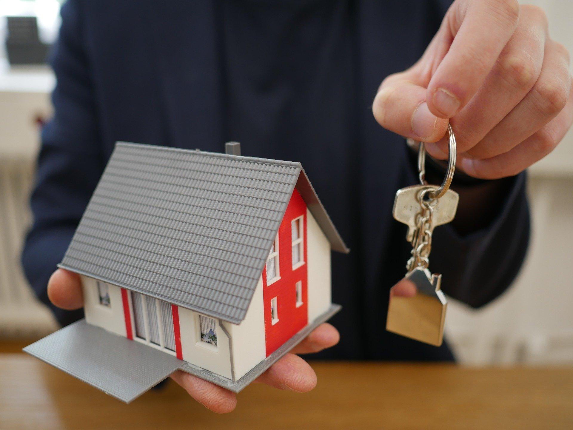 house keys 4521073 1920 - ¿Cómo es vivir en una casa de madera?